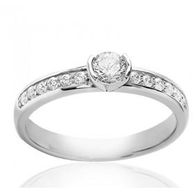Bague solitaire demi-tour en or blanc 18 carats et diamant 0,63 carat serti rail