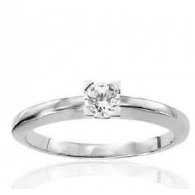 Bague solitaire demi-tour en or blanc 18 carats et diamant 0,25 carat serti quatre griffes triangles.