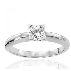 Bague solitaire en or blanc 18 carats et diamant 0,50 carat serti quatre griffes triangles.